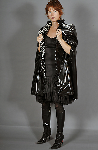 http://cape-fashion.de/files/gimgs/20_lackmantelcapeschwarz12.jpg